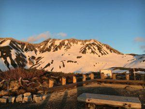 5月初旬、立山アルペンルートにて、立山連峰の夕焼け。ま雪肌が夕焼けの赤い色にそまり、赤くなっている。