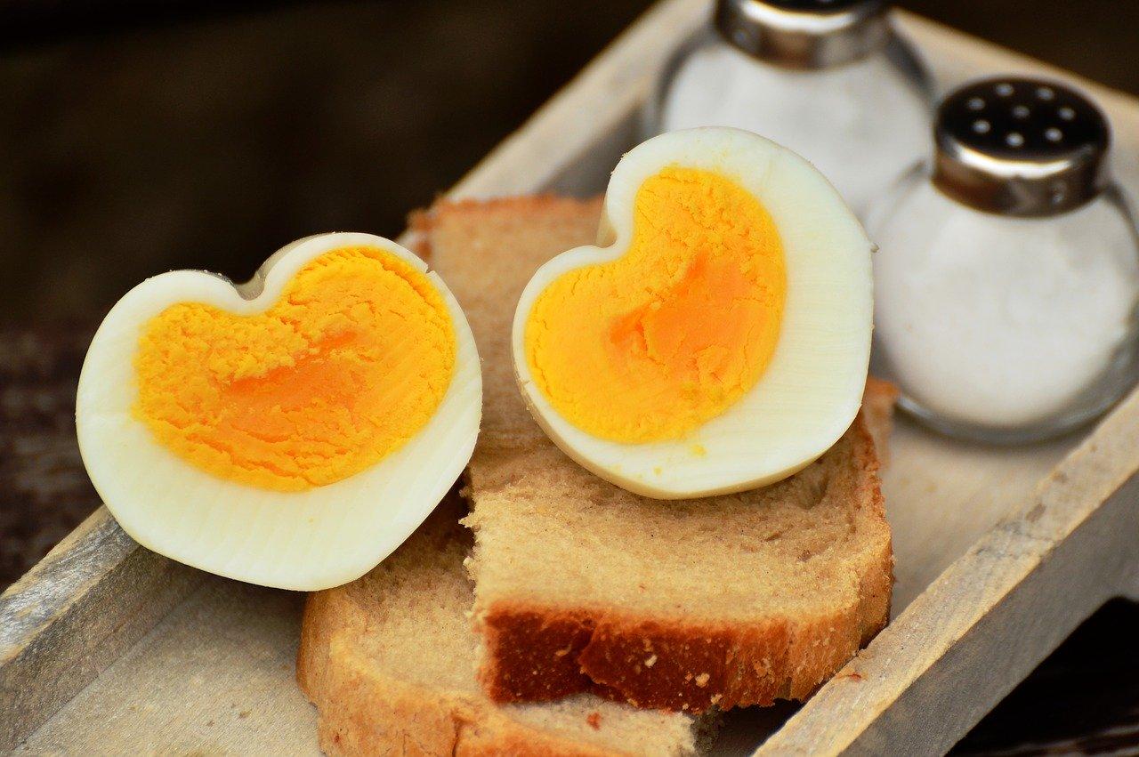 煮たまごがトーストの上に載っている。半分になった煮卵の断面はハート形。