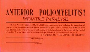 「ポリオ」、この紙のプラカード(サイン)は、ポリオ患者のいる住居の窓におかれた。隔離命令に違反したり勝手に剥がしたりすると、最大100ドル(2019年時点の2,846ドル相当)の罰金が科せられるとの記載がある。色は赤で、大きさは、縦 16.3 cm 、横 27.8 cm。
